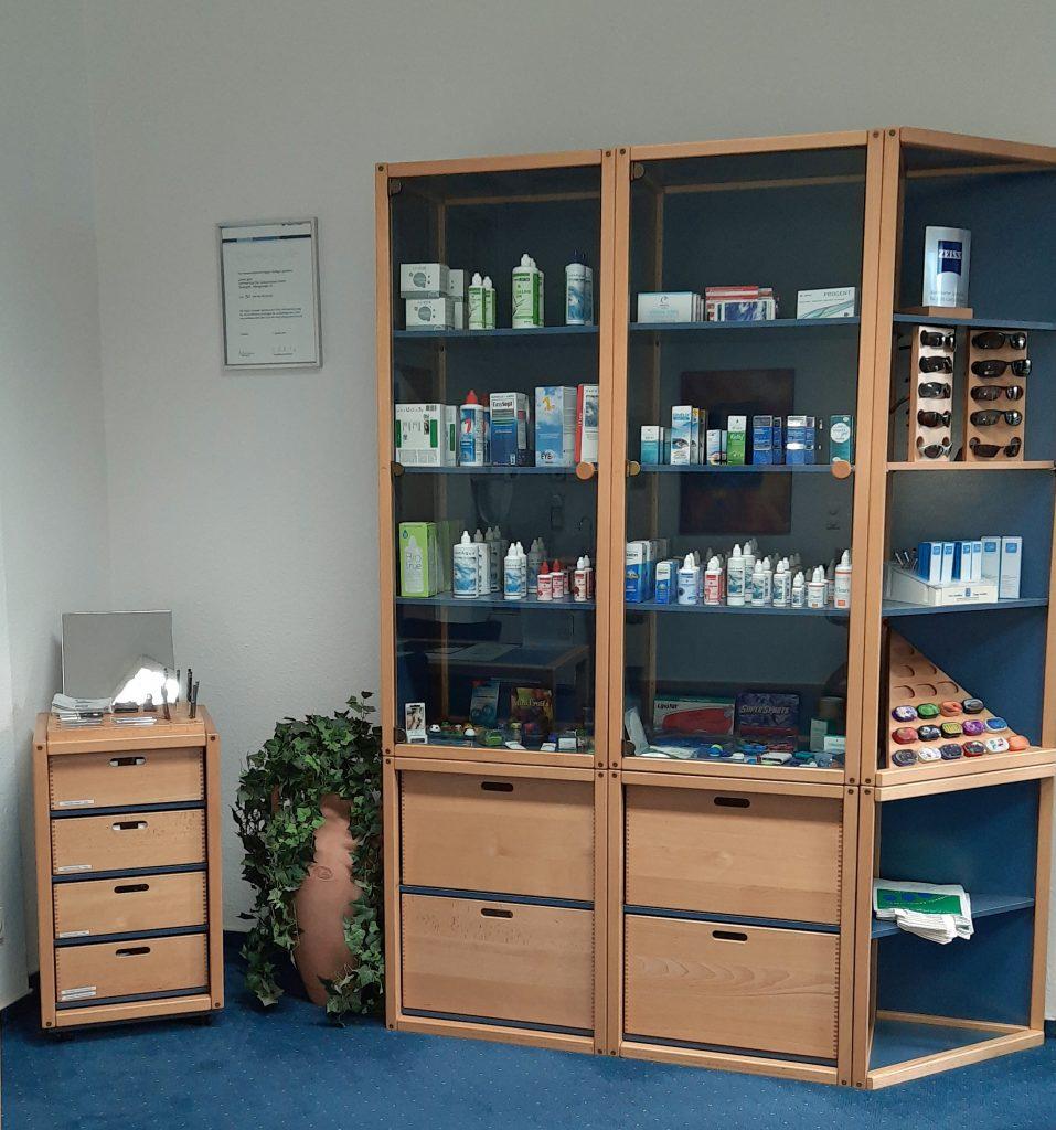 Angebot an Pflegemitteln, Kosmetika und Zubehör für Contactlinsen